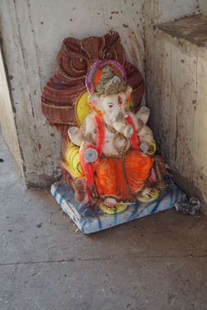 JAIPUR, INDIA - OCT 9, 2017 - Standbeeld van Ganesh bij klein heiligdom van de Galtaji-tempel, Jaipur, Rajasthan, India