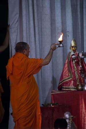 JAIPUR, INDIA - OCT 11, 2017 - Brahmin-priester die darshan leidt bij de Govind-tempel, Jaipur, Rajasthan, India