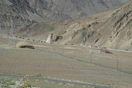 인디 강, Ladakh, 인도 함께 좁은로에 ndian 육군 트럭 호송