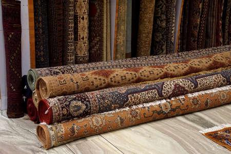 JAIPUR, INDIEN - 11. OKTOBER 2017 - Teppiche auf Anzeige im Showraum in Jaipur, Rajasthan, Indien Standard-Bild - 88518526