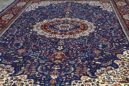 JAIPUR, INDIEN - 11. OKTOBER 2017 - Teppiche auf Anzeige im Showraum in Jaipur, Rajasthan, Indien Standard-Bild - 88518593
