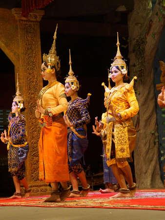 SIEM REAP, CAMBODGE - 14 FÉVRIER 2015 - Une troupe de danseurs apsara se produit lors d'un récital, Siem Reap, Cambodge Banque d'images - 90407784