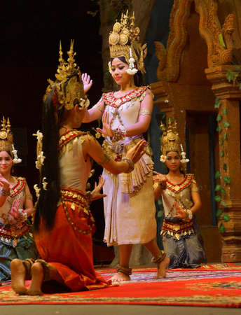 SIEM REAP, CAMBODJA - 14 FEBRUARI, 2015 - Lijn van apsara-dansers presteren tijdens een recital, Siem Reap, Cambodja Redactioneel