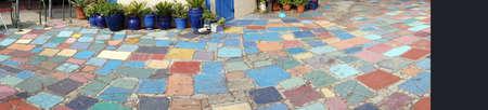 Multi-gekleurde bestrating in de gemeenschap van de kunstenaar van Balboa Park, San Diego, Californië Redactioneel