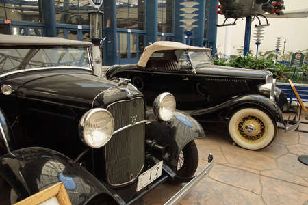 SAN DIEGO, CALIFORNIA - NOV 27, 2017 - Antique Ford Phaeton and V8 roadster,Air and Space Museum at Balboa Park in San Diego, California 에디토리얼