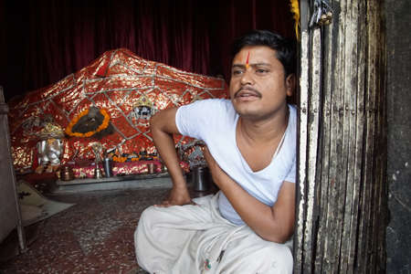 Jaipur, India - 9 oktober 2017 - Brahmaanse priester bij altaar van de Galtaji-tempel, Jaipur, Rajasthan, India