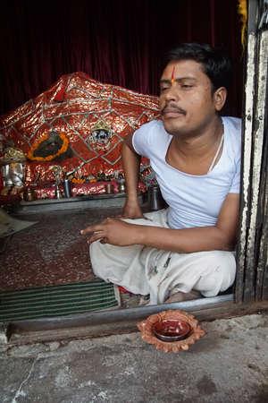 JAIPUR, INDIA - OCT 9, 2017 - Brahmin priest at altar of Galtaji temple, Jaipur, Rajasthan, India Redactioneel