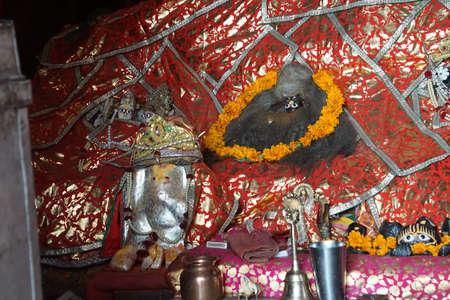 JAIPUR, INDIA - OCT 9, 2017 - Kleding beschermt beelden van de god in Galtaji-tempel, Jaipur, Rajasthan, India Redactioneel