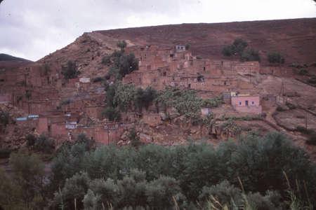 Bergdorf an den Hängen des Hohen Atlas, Marokko Standard-Bild - 93925574