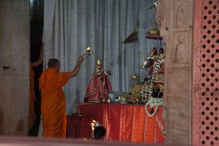 Jaipur, India - 12 oktober 2017 - Brahmaanse priester darshan uitvoeren in de Govind-tempel, Jaipur, Rajasthan, India