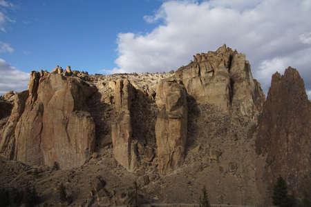 オレゴン州スミスロック州立公園の溶接タフト崖の午後遅い光