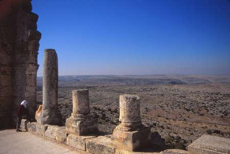 ALEPPO, SYRIË - 8 NOV. 1996 - Bezoekers verkennen de ruïnes van het klooster van St Simeon in de buurt van Aleppo, Syrië, het Midden-Oosten