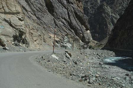 인더스 강, Ladakh, 인도의 계곡을 따라 좁은 비틀림 도로 스톡 콘텐츠