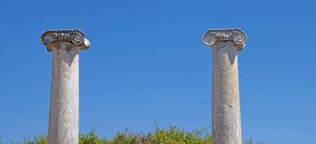 Rovine di colonne nel foro romano di Perge, in Turchia Archivio Fotografico - 97303648