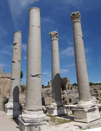 Rovine di colonne nel foro romano di Perge, in Turchia Archivio Fotografico - 97039926