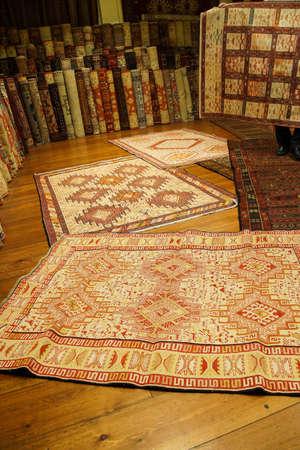 ISTANBUL, DIE TÜRKEI - 16. Mai 2014 - türkischer orientalischer Teppich der Weinlese in Istanbul, die Türkei Standard-Bild - 97304752