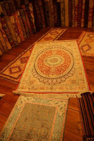 ISTANBUL, DIE TÜRKEI - 16. Mai 2014 - türkischer orientalischer Teppich der Weinlese in Istanbul, die Türkei Standard-Bild - 97304753