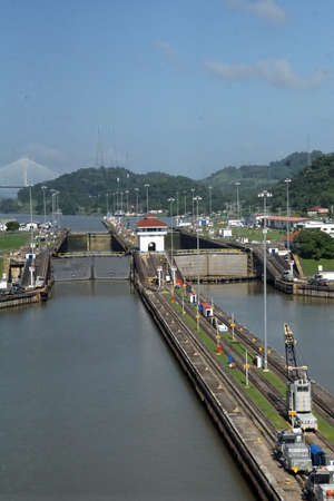 Mechanical mules on rails used to guide and pull ships through the Panama Canal 版權商用圖片