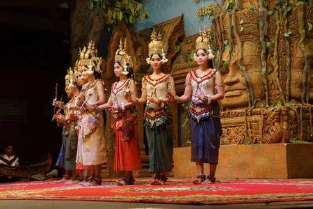 SIEM REAP, CAMBODIA - 14 februari 2015 - Lijn van apsaradansers treden op tijdens een recital, Siem Reap, Cambodja Redactioneel