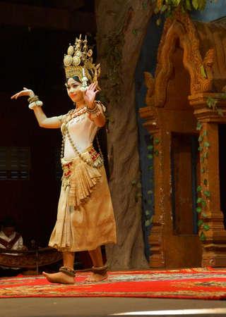 SIEM REAP, CAMBODGE - 14 février 2015 - Apsara danseur effectue lors d'un récital en soirée, Siem Reap, Cambodge Banque d'images - 98903957