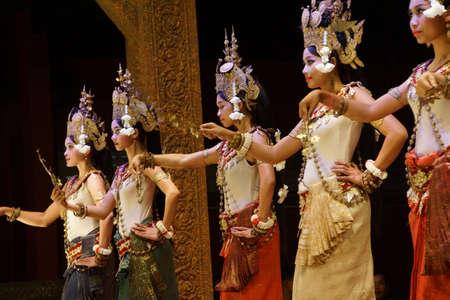 SIEM REAP, CAMBODGE - 14 février 2015 - Ligne de danseurs apsara effectuer lors d'un récital, Siem Reap, Cambodge Banque d'images - 98903536