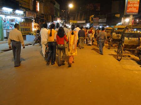 VARANASI, INDIA - NOV 5, 2009 - People visit the night market shops near the ghats of in Varanasi, India. Standard-Bild - 99394028