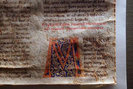TAORMINA, ITALIEN - 18. APRIL 2018 - illuminierte Handschrift in der Schatzkammer der St. Paul's Cathedral, Taormina Sizilien, Italien Editorial