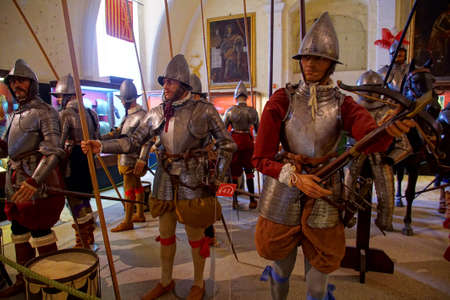 VALLETTA, MALTA - APR 11, 2018 - Crossbow archer of the Maltese knights infantry, Palace Armoury, Valletta, Malta Banque d'images - 100954652
