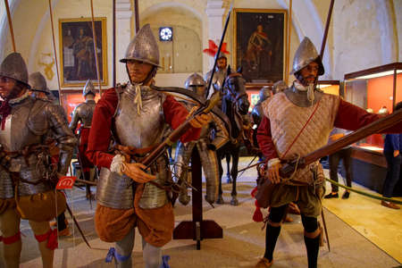 VALLETTA, MALTA - APR 11, 2018 - Crossbow archer of the Maltese knights infantry, Palace Armoury, Valletta, Malta Banque d'images - 101082544