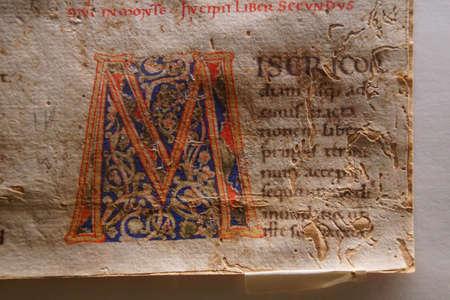 TAORMINA, Italia - 18 de abril de 2018 - manuscrito iluminado en el tesoro de la Catedral de San Pablo, Taormina Sicilia, Italia Editorial