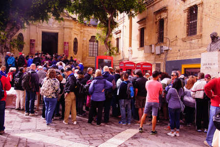 VALLETTA, MALTA - APR 11, 2018 - Crowd of passengers from cruise ships queue to enter the Saint John Cathedral, Valletta, Malta Publikacyjne