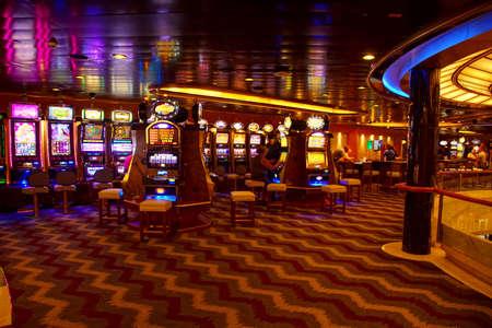 MIDDELLANDSE ZEE - 13 april 2018 - Gokautomaten van het casino op een cruiseschip in de Middellandse Zee Redactioneel