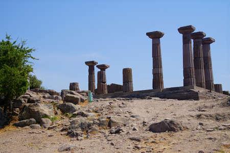 Doric columns of the ancient Greek Temple of Athena at Behramkale Assos, Turkey Archivio Fotografico - 101506857