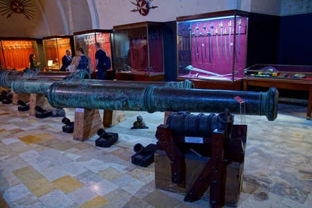 VALLETTA, MALTA - APR 11, 2018 - Small Renaissance cannon, Palace Armoury, Valletta, Malta Banque d'images - 103888282
