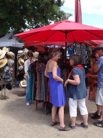 PORTLAND, OREGON - JUL 6, 2018 - Shopping for summer clothes at the Waterfront Blues Festival, Portland, Oregon Redactioneel