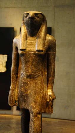 MÜNCHEN - 21. JULI 2018 - Stehende Schrittfigur des Gottes Horus, Ägyptisches Museum, München, Deutschland