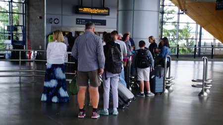 SEATTLE - JUL 20, 2018 - Passengers queue to  buy transit tickets at Seatac airport, Seattle, Washington 報道画像