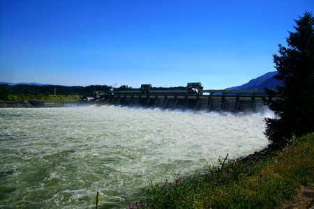 Water spills through the turbines of the  Bonneville Dam on the Columbia River in  Oregon Banco de Imagens