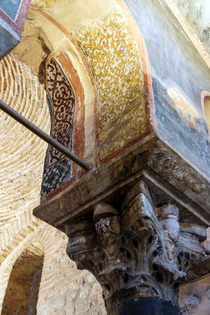 ISTANBUL, TURKEY - MAY 15, 2014 - Corinthian capital carving in Chora Church (Kariye Muzee ) in Istanbul, Turkey Foto de archivo - 108447286