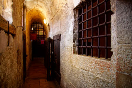 VENICE, ITALY - AUG 13, 2018 - Prison cell in the dungeons of the Doge's Palace in Venice, Italy Banque d'images - 108447358