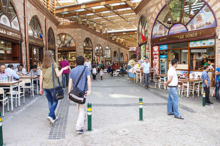 BURSA, TURKEY - MAY 22, 2014 - Turkish shoppers stroll by restaurants and shops    in the bazaar of  Bursa, Turkey 新聞圖片