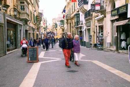 VALLETTA, MALTA - APR 10, 2018 - Walkers on narrow streets of Valletta, Malta 新聞圖片
