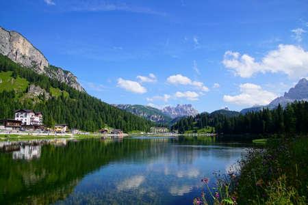 Mountains surround Lake Misurina in the Dolomite Alps near Toblach, Italy 写真素材 - 109142922