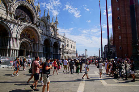 VENICE, ITALY - AUG 10, 2018 - Tourist stroll in piazza near  the Doges Palace in Venice, Italy 新聞圖片