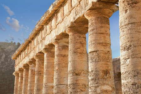Doric columns of the unfinished Greek temple at Segesta, Sicily, Italy Archivio Fotografico - 114306201