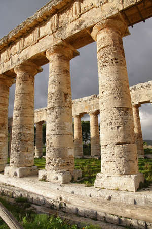 Doric columns of the unfinished Greek temple at Segesta, Sicily, Italy Archivio Fotografico - 114306622