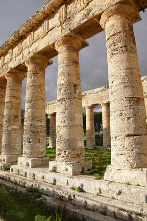 Doric columns of the unfinished Greek temple at Segesta, Sicily, Italy Archivio Fotografico - 114306670
