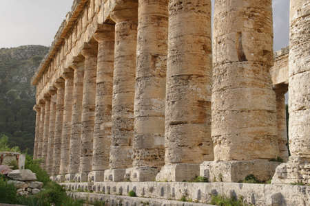 Doric columns of the unfinished Greek temple at Segesta, Sicily, Italy Archivio Fotografico - 114306924