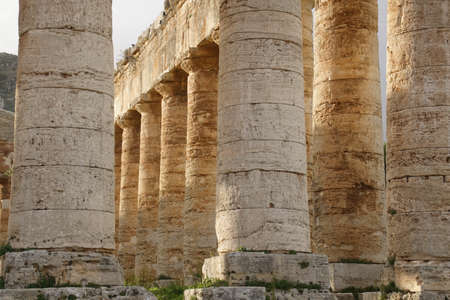 Doric columns of the unfinished Greek temple at Segesta, Sicily, Italy Archivio Fotografico - 114307207