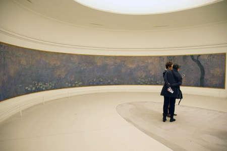 PARIS - 5 DEC 2018 - Les visiteurs voient les huiles de nénuphar géant de Monet au Musée de l'Orangerie, Paris, France